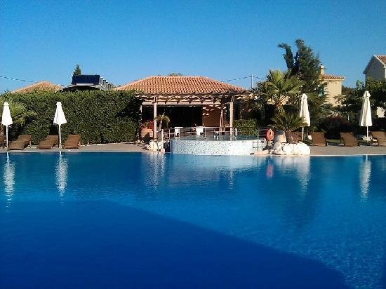Avithos Resort: Pool and lounge bar