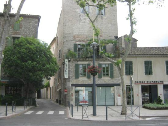 Hôtel Jean XXII : Hotellet från huvudgatan