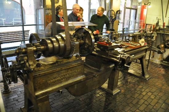 Deutsches Technikmuseum Berlin: Uralte Drehbank mit Deckentransmission