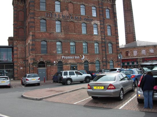 Premier Inn Kidderminster Hotel: Hotel and Pay Parking in front