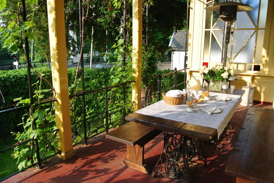 B&B Klein Zuylenburg: breakfast on verandah