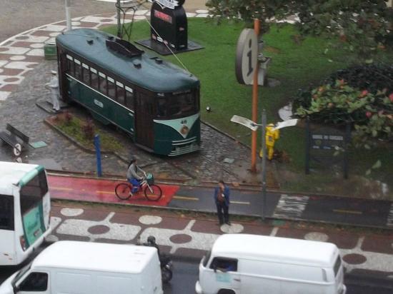 Ville Atlantico Hotel: El famoso tranvía de Santos desde la ventana del hotel