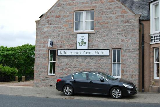 Kilmarnock Arms Hotel: Entrance on left, parking on street or behind