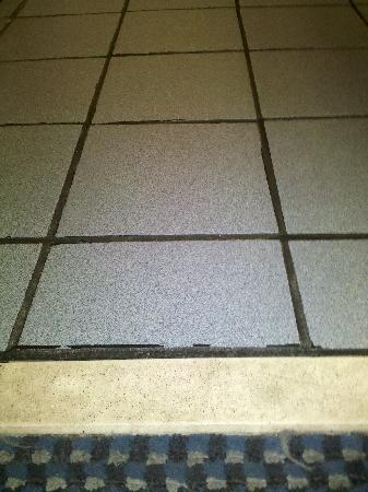 Motel 6 Chattanooga Downtown: bathroom floor