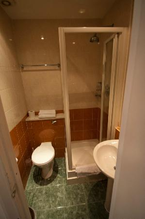 Prince William Hotel: view into the bathroom