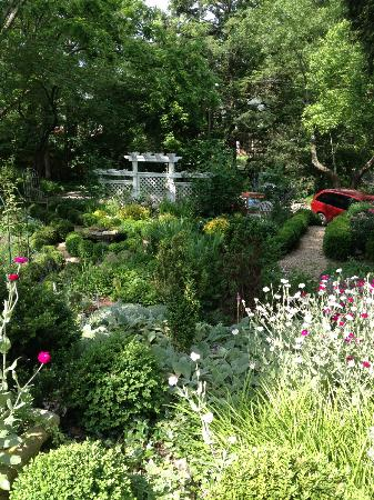 Abbington Green Bed and Breakfast Inn: peaceful and lovely