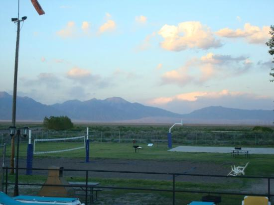 Sand Dunes Recreation Hot Springs Pool : Mountains all around