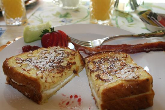 Bed and Breakfast Onanda by the Lake: Almond crusted stuffed french toast!