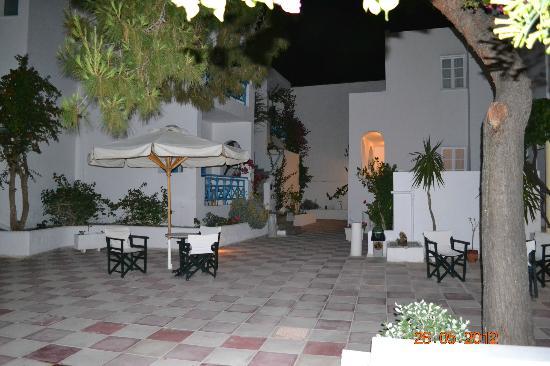 Kamari Beach Hotel: Innenhof Abends