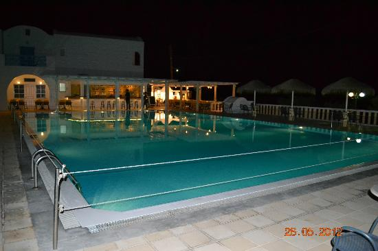Kamari Beach Hotel: Pool Abends