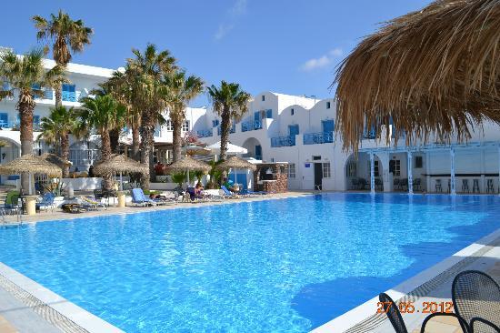 Kamari Beach Hotel: Blick auf den Pool und Hotel