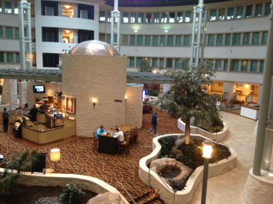 Hilton Austin Airport: View of the lobby from the 3rd floor elevator.