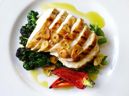 Buxhall Coach House: Grilled Chicken with sauteed garlic