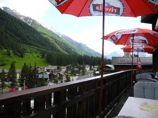 Silencehotel Edelweiss: View down the valley from the terrace