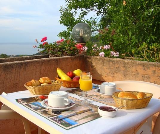 Auberge Sant'Antone : petit déjeuner sur terrasse très calme avec uniquement le bruit des oiseaux, quoi demandé de mie