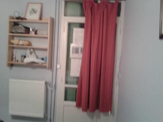 Hotel Les Fauvettes: Justo en frente de la cama, la puerta de la habitación