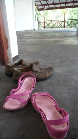 يوناواتونا, سريلانكا: Taking off shoes before entry the classroom 