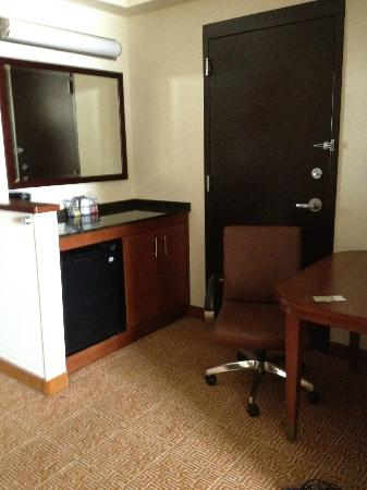 Hyatt Place Jacksonville Airport: Desk and Fridge area