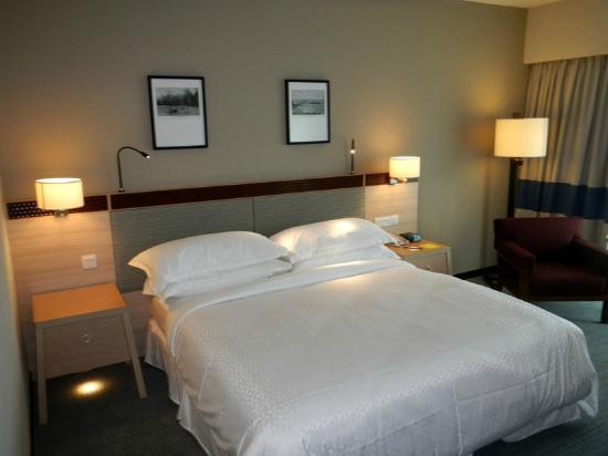 Four Points by Sheraton Sandakan: Comfortable Bed and Pillow