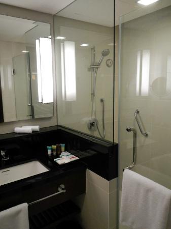 Four Points by Sheraton Sandakan: Nice Bathroom