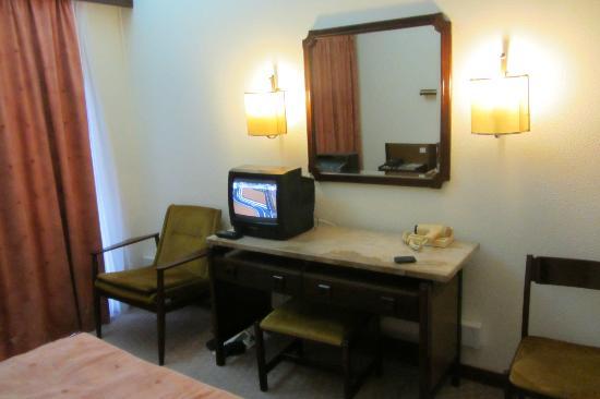 Hotel Imperial: Vista do quarto e a pequena TV
