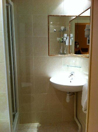 Acacias Etoile Hotel: clean and new bathroom