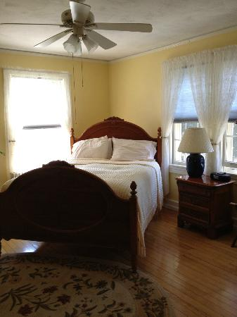 Yale Manor Bed & Breakfast: Stuart's Gold Room in the morning
