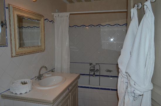 La Banastière : Salle de bain avec les peignoirs et des petits produits l'Occitane