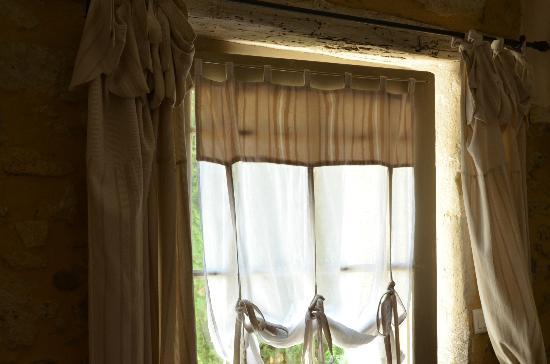 """La Banastière : Fenêtre de la porte de la chambre """"Cheminée"""""""
