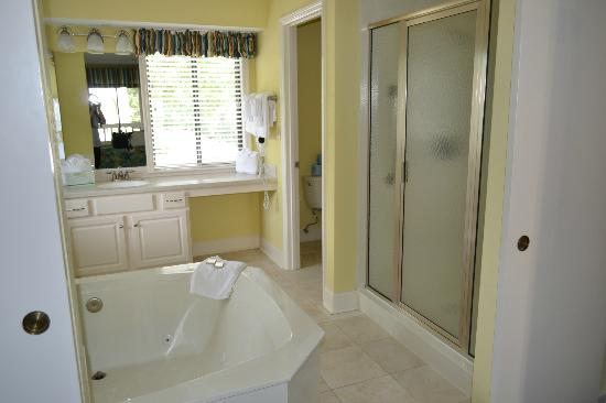 Port O'Call Shipyard Plantation: master bathroom