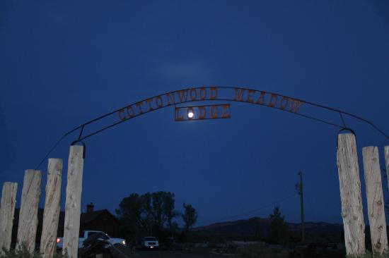 Cottonwood Meadow Lodge: Entrance with full moon