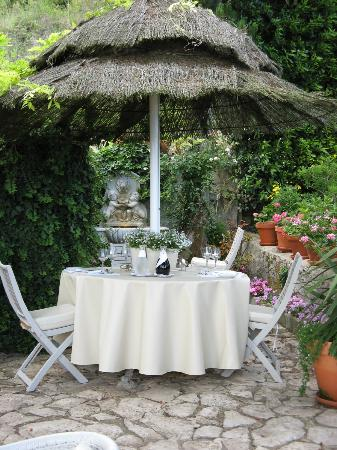 Casa Alta Royal Lodge: Garden dinning area.