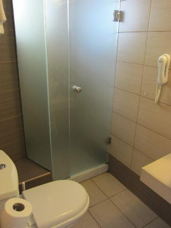 Kronos Hotel: Bathroom