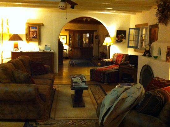 La Posada de Taos B&B: Lounge area