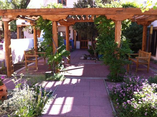 La Posada de Taos B&B: Garden looking toward my Monterey room