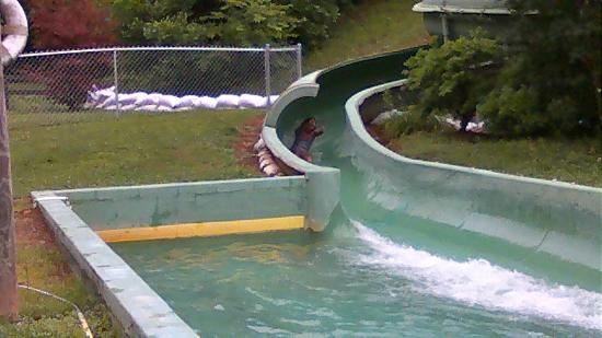 Hidden Creek Camping Resort: The Slide which is next to the pool