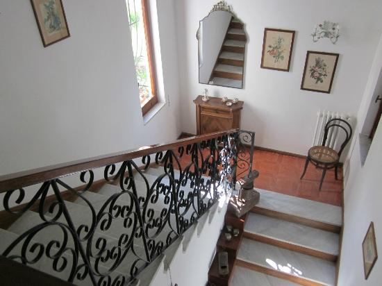 M Suites Sorrento: Lovely staircase; washer/dryer available to guests