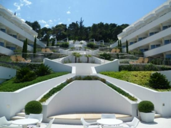 Lafodia Hotel & Resort: The terrace looking up from the pool