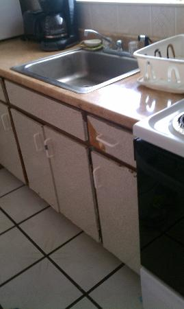 Sun & Surf Motel: kitchen full of ants..ragedy kitchen drawers and cabinets