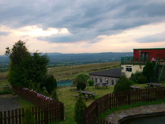 The Wellsprings Inn Pendle Hill: view outside looking back towards the restaurant building (ski slope is behind it !)