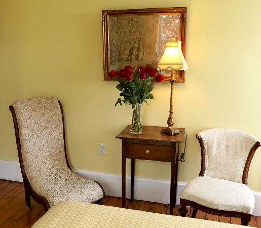 Surfside Inn: Lovely sitting area in Buttercup room