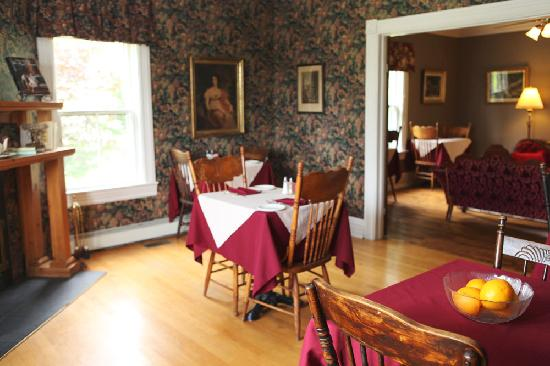 Surfside Inn: Dining room and Parlour
