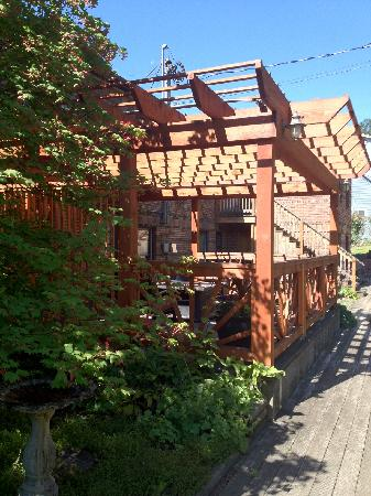 Inn of the White Salmon: Sun or shade it's up to you. Our back yard gardens and living space is ready for you and your fa