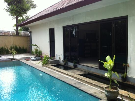 Villa Jepun: kitchen and pool