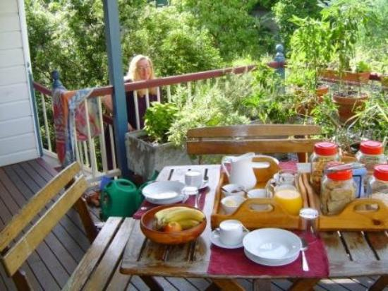 Eskdale Bed & Breakfast: The beautiful back verandar breakfast setting