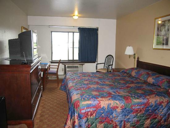 Rodeway Inn & Suites Madison-Northeast : Room 207