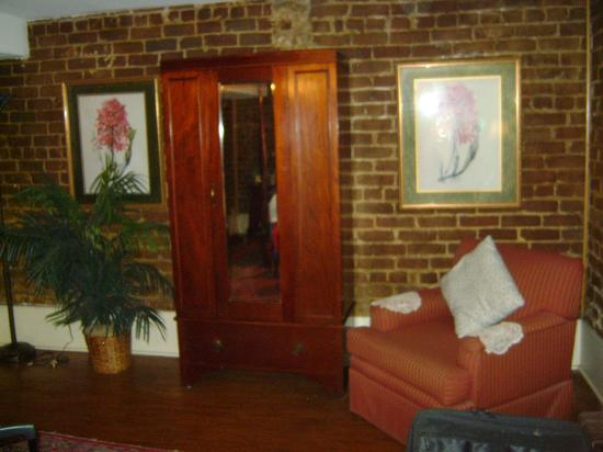 Savannah Bed & Breakfast Inn: Opposite wall from the bed.