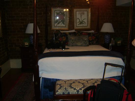 Savannah Bed & Breakfast Inn : Queen sized bed in room.