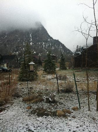 Frisco Lodge: View from backyard before snowfall