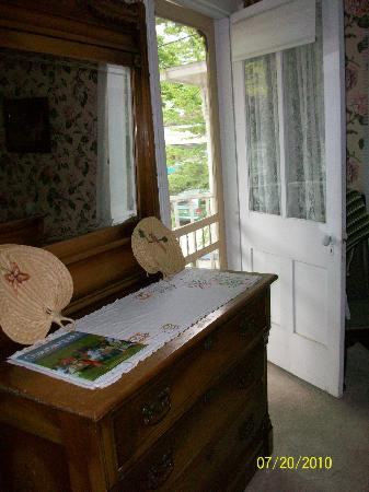 Englewood Guest House: Porch access